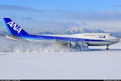 All Nippon Airways - ANA Boeing stirring up the powder while rolling out at Sapporo-New Chitose, January (Photo: Hori Yusuke) Boeing 747 400, Boeing Aircraft, Airbus A380, Ana Airlines, Plane Photos, Jumbo Jet, Commercial Aircraft, Commercial Plane, Civil Aviation