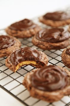 Frosted Peanut Butter Brownie Cookies (The Comfort Kitchen) Chocolate Peanut Butter Cookies, Peanut Butter Brownies, Candy Recipes, Cookie Recipes, Dessert Recipes, Easy Desserts, Delicious Desserts, Yummy Treats, Sweet Treats