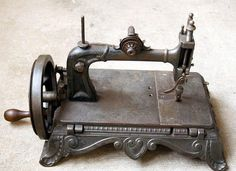 beautiful old sewing machine... would love to have this one...