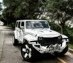 WHITE JEEP JK WITH BLACK CUSTOM PAINT RIGHT DOWN TO THE RIMS THERE IS TOUCH OF BLACK
