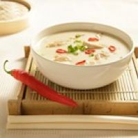 recepten pittige thaise kippensoep Clean Recipes, Soup Recipes, Cooking Recipes, Spicy Thai Chicken Soup, Good Food, Yummy Food, Tasty, Bowl Of Soup, Soups And Stews