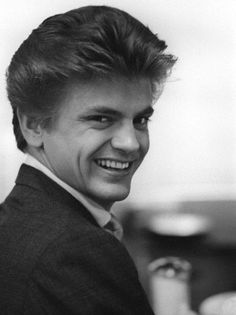 The amazing Phil Everly was born today 1-19 in 1939. He sang the high harmony with his brother Don in the Everly Brothers. We lost Phil in 2014.
