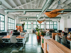 Get inspired by this casual and fresh workspace and get ready for work. Banquettes, Open Space Office, Get Ready, Chair Design, Office Furniture, Contemporary Design, Restaurant, Fresh, Table