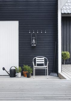 These Stunning Black House Exterior for The Look of House Looks Ghotic will help you create that perfect black house. A black house exterior will definitely give your house that perfect touch of style and boldness. Outdoor Spaces, Outdoor Living, Outdoor Decor, Exterior Design, Interior And Exterior, Exterior Colors, Black House Exterior, Dark House, Modern Farmhouse Exterior