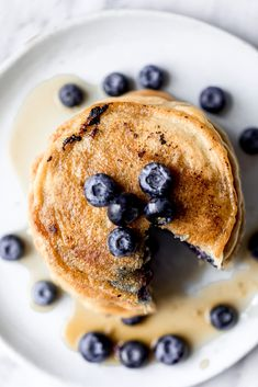 Fluffy almond flour pancakes made with just 5 core ingredients: almond flour, coconut or almond milk, eggs, oil and vanilla extract. These keto almond flour pancakes are also gluten free & low carb and make the perfect, easy breakfast. Options to add blueberries or chocolate chips! #keto #breakfast #pancakes #lowcarb #paleo #paleobreakfast #lowcarbbreakfast Breakfast And Brunch, Keto Breakfast Smoothie, Breakfast Pancakes, Low Carb Breakfast, Breakfast Recipes, Dessert Recipes, Breakfast Options, Brunch Recipes, Mexican Food Recipes