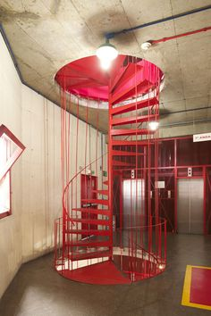 Exposição liga Lina Bo Bardi a Gio Ponti Stairs Architecture, Architecture Details, Interior Architecture, Gio Ponti, Staircase Outdoor, Building Stairs, Stone Stairs, Stair Steps, Painted Stairs