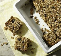 Barre granola simple et savoureuse Granola Barre, School Lunch Recipes, Sweets Recipes, Desserts, I Foods, Healthy Snacks, Food And Drink, Tasty, Homemade