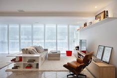 Se projetar a própria casa não é uma tarefa das mais fáceis, que dirá decorar um imóvel alugado, que costuma vir acompanhado de muitas restrições. A maioria dos locadores não permite que as paredes sejam furadas ou pintadas, muito menos demolidas. Diante desse desafio, o casal que se apaixonou por esse apartamento de 300 m² …