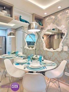 Decoração de Interiores - Salas de Jantar Linda Sala de Jantar, compacta e muito estilosa. Ganha um ar de casa de boneca com o papel de parede e espelho de moldura Rococó. Uma das paredes ganha espelho inteiriço, o que dá sensação de amplitude. A decoração conta ainda com um belo projeto de gesso e iluminação. Acima do espelho, vários nichos para organizar objetos, otimizam o espaço do ambiente. Composição graciosa, delicada e muito linda. Projeto: Caroline Yasmin Gonçalves