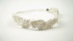 ABRUZOS: Bandana de perlas japonesas y chaquira checa bordada a mano con hilo de seda sobre tul francés.