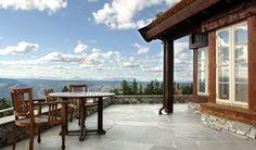 Terrassenplatten haben einen eigenständigen Charakter. Terrassenplatten aus Naturstein verleihen nicht nur ein besonderes Flair, sondern sind langlebig.
