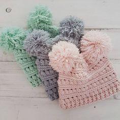 Double Pompom Beanie / Little Valley Home Diy Crochet And Knitting, Crochet Beanie Pattern, Crochet Kids Hats, Crochet Cap, Crochet Baby Clothes, Love Crochet, Crocheted Hats, Irish Crochet, Crochet Hat Patterns