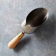 This scoop was designed for the female hand for ease and comfort when potting new plants It's design prevents messy spills