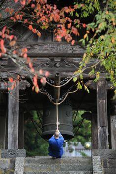 buddhist monk striking the temple bell (bonshō) at rinno-ji, nikko, japan Marla Singer, Japon Tokyo, Kyoto Japan, Temple Bells, Japan Garden, Japanese Temple, Japanese Landscape, Japanese Gardens, Art Japonais