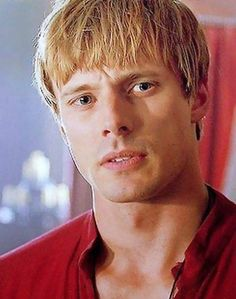 my gifs mine :'( Merlin merthur merlinedit Merlin spoilers merlin* this episode was the absolute worst I WILL NEVER GET OVER IT I am in so much pain right now Rei Arthur, Merlin And Arthur, James Arthur, King Arthur, Best Tv Series Ever, Best Tv Shows, Favorite Tv Shows, Merlin Colin Morgan, Bradley James