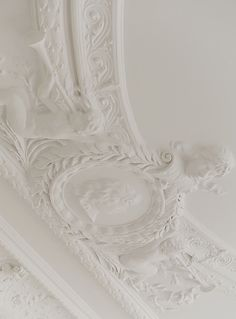 Ornamented ceiling Decorative Plaster, Plaster Art, All White, Classic White, Art Deco, Ceiling Medallions, Shades Of White, Architectural Elements, Ceiling Design
