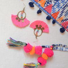 boucle d'oreille rose fluo à pompons et chaînette fleuri