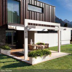 Terrasse mit moderner Markise | roomido.com