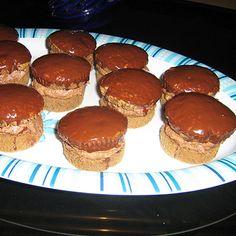 A sütőt 200 fokra előmelegítjük. Egy 6 lyukú muffin formát papír kapszlival kibélelünk. (12 lyukú muffin sütőben is süthetjük, ez esetben kisebb muffinokat kapunk). A sütőporral elkevert lisztet és a cukrot egy nagy tálba tesszük. Hozzáadjuk a paradicsomot, az ananászt, a sonkát és a sajtot, majd összekeverjük. A két tojást a tejjel és az olajjal együtt felverjük, sózzuk, borsozzuk, majd a száraz hozzávalókhoz keverjük, addig, amíg össze nem áll.) A masszát a muffin formákba kanalazzuk (a... Muffin, Cheesecake, Breakfast, Party Time, Food, Morning Coffee, Cheesecakes, Essen, Muffins