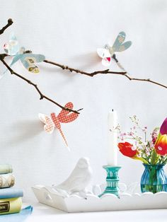Basteln im Frühling kann einfach so viel Spaß bringen! Mithilfe unserer Vorlage schneiden Sie die Libellen ganz einfach aus. Die Bastelanleitung gibt's hier.