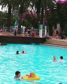 Hoje o dia estava nublado por aqui então caminhamos por Brisbane e descobrimos que a cidade tem piscinas públicas de dar inveja! As piscinas são totalmente abertas sem portões de entrada  e são chamadas de Streets Beach. Não é o máximo? ? @anezanoni  #travelterapia #viagem #trip #instatravel #viajar  #instatravelling #amoviajar  #lol #waycontent #myinstatravel #liveabroad #lonelyplanet #worldplaces #wanderlust #viajenaviagem #viagemestadao #praia #amopraia #instabeach #australia…