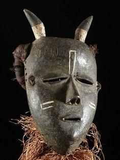 """""""Chez lesPende, lorsqu'on crée un masque, ce qui compte avant tout, c'est la chanson.À partir de la création des paroles et de la musique, le futur porteur du masque crée le costume puis, il va voir le sculpteur et lui commande le masque en bois.Enfin il met au point une chorégraphie correspondant au personnage.""""Avec l'aimable autorisation deDétour des Mondes"""