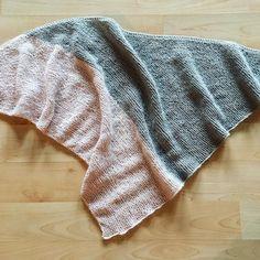 Mein Dreieckstuch ist fertig  ist es nicht schön geworden und so leicht zu stricken? Die kostenlose Anleitung findet ihr nun auf meinem Blog  ich wünsche euch ein schönes Wochenende! ☀️ I had finished my scarf  the colours arme so beautifull, i am happy with my result  #knitting #instaknit #instastrick #knitstagram #stricken #yarnlove #lanagrossa #laceseta #pink #grey #selfmade #fashion