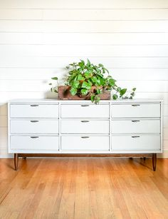 Learn how to paint over dark stained wood furniture to avoid tannin stains and blotchy bleed through. Gray Painted Furniture, Dark Wood Furniture, Furniture Repair, Diy Furniture Projects, Furniture Plans, Furniture Makeover, Painted Dressers, Rustic Entryway, Entryway Decor