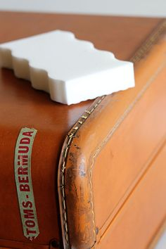 Tips for cleaning and deodorizing a vintage suitcase. Or any suitcase for that matter. Normally Im a sniff it before I buy it kind of person, but occasionally you end up with a stinky one. Decoupage Suitcase, Suitcase Decor, Suitcase Storage, Vintage Suitcases, Vintage Luggage, Old Luggage, Vintage Train Case, Leather Suitcase, Cleaning Hacks