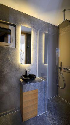 Modernes Bad Mit Dunklen Fliesen