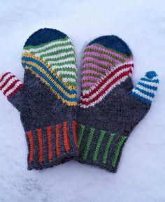 Ravelry: Kinos pattern by Tiina Väätäinen Crochet Mittens, Mittens Pattern, Fingerless Mittens, Knitted Gloves, Knit Crochet, Knitting Designs, Knitting Projects, Knitting Patterns, Wrist Warmers