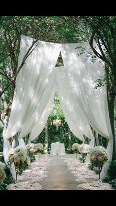 http://www.weddingchicks.com/2016/02/26/a-stunning-gold-and-pink-garden-wedding/