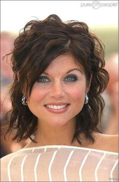 Tiffani Amber Thiessen is mesmerizingly gorgeous American actress who is perhaps… Hairstyles Haircuts, Cool Hairstyles, Drawing Hairstyles, Tiffani Amber Thiessen Hair, Medium Hair Styles, Curly Hair Styles, Non Blondes, Mid Length Hair, Great Hair