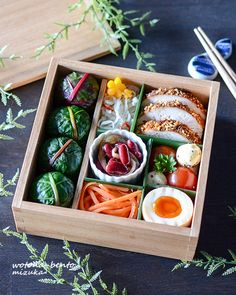 Beautiful chard-wrapped onigiri bento box, featuring various veggie salads, crusted chicken, hard-boiled egg, & tomato-mozzarella salad. Japanese Dishes, Japanese Food, Japanese Lunch Box, Bento Recipes, Healthy Recipes, Bento Box Lunch, Cafe Food, Sushi, Food Presentation