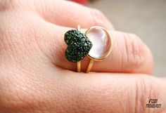 green tsavorita stone heart ring in gold 18k and magnifying glass ring in gold 18k / anel coração tsavoritas verdes e anel lupa, todos em outro 18k
