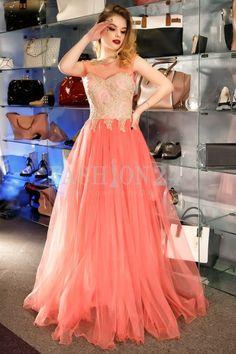 Este o creatie de tip printesa, cu top corsetat si insertii aurii, si fusta lunga de printesa, cu mult tull si voal pur. Rochii lungi de ocazie online Fashion24 Prom Dresses, Formal Dresses, Corset, Peach, Fashion, Cots, Tulle, Dresses For Formal, Moda