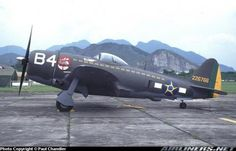 """Avião CAÇA-BOMBARDEIRO DA II GUERRA MUNDIAL REPUBLIC P-47D THUNDERBOLT, usado pelo exército brasileiro na II Guerra Mundial. O slogan do exército era """"Senta a Pua"""" e pode ser observado próximo ao número 84 do avião."""