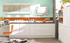 Mut zur Farbe: Kombinieren Sie eine schlichte Küche mit modernen Farben an Fliesenspiegel und Wand.