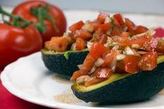 Die gefüllte Avocado ist im Nu gemacht und ihr braucht nur wenige Zutaten. Perfekt als schneller Feierabend-Snack oder als Beilage zum Salat.