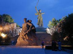 Мамаев курган и Родина-мать Мамаев курган или «высота 102,0» — так обозначался Мамаев курган на военных картах, расположен в Центральном районе города Волгограда. Во время Сталинградской битвы здесь происходили ожесточенные бои (особенно в сентябре 1942 года и январе 1943) продолжительностью 200 дней.Вдоль серпантина, в холме, перезахоронены останки 34 505 воинов — защитников Сталинграда, а также 35 гранитных надгробий Героев Советского Союза, участников Сталинградской битвы.