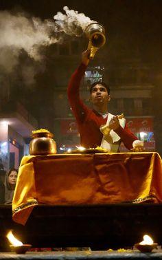 Fête religieuse le soir tombé, Varanasi, Inde