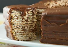 Icebox matzo cake recipe - Easy no bake dessert to serve during Passover Seder. Combine layers or matzos dipped in wine and top with a creamy chocolate icing. Passover Desserts, Passover Recipes, Easy No Bake Desserts, Jewish Recipes, Great Desserts, Easy Cake Recipes, Dessert Recipes, Passover Menu, Desserts Diy