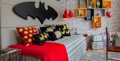 Neste projeto da designer de interiores Sylvia Pinheiro para a loja Vila Maria o símbolo do super-herói Batman aparece em destaque pendurado como quadro na parede. Almofadas e quadros que remetem o desenho e as HQs complementam o décor em pequenos objetos decorativos.