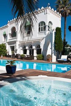 Villa de luxe sur la Côte d'Azur, entre Cannes et Saint Tropez, piscine, parc, port privé, garage à bateau, les pieds dans l'eau !