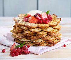 Chiavåfflor med färska bär | Recept ICA.se Waffles, Cereal, Strawberry, Fruit, Breakfast, Desserts, Food, Tortillas, Delish