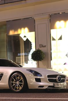Mercedes.Luxury, amazing, fast, dream, beautiful,awesome, expensive, exclusive car. Coche negro lujoso, increible, rápido, guapo, fantástico, caro, exclusivo.