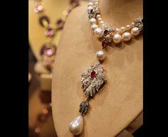 """Venduto uno dei collier preferiti dell'attrice Elizabeth Taylor. Con nove milioni di euro, """"Peregrina"""", perla unica del XVI secolo, ha segnato da Christie's il record mondiale per gioiello con perla venduto all'asta. """"Peregrina"""" era stata trovata da uno schiavo panamense del XVI secolo e indossata da diverse regine di Spagna e di Austria. Nel 1969 Richard Burton, marito della Taylot, l'aveva soffiata a un membro della famiglia reale di Spagna per 37 mila dollari. Il valore della perla…"""