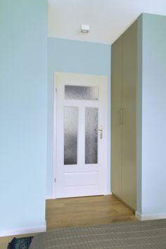 Jeśli nie wiesz gdzie ukryć szafę, miejsce przy drzwiach do sypialni może się doskonale sprawdzić! Wygodne i praktycznie niezauważalne. Połączenie beżu i delikatnego błękitu sprzyja wypoczynkowi, dlatego wykorzystałam je w sypialni :)
