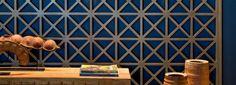Três painéis recortados que funcionam como divisórias. Fotos publicadas na revista Arquitetura & Construção.