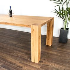 Der Massivholztisch mit aufrechten Holzfüssen ist aus Schweizer Eichenholz nach Kundenwunsch hergestellt. Table, Design, Furniture, Home Decor, Types Of Wood, Swiss Guard, Rustic, Decoration Home, Room Decor